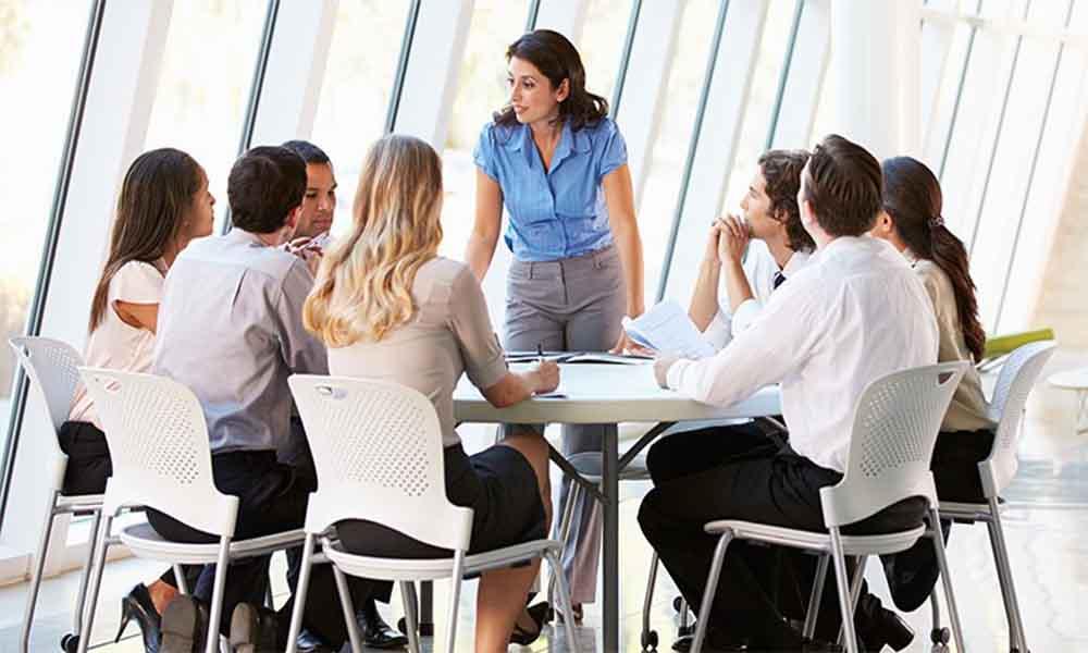 La importancia de saber comportarse en una entrevista grupal